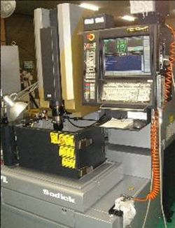 リニア放電加工機